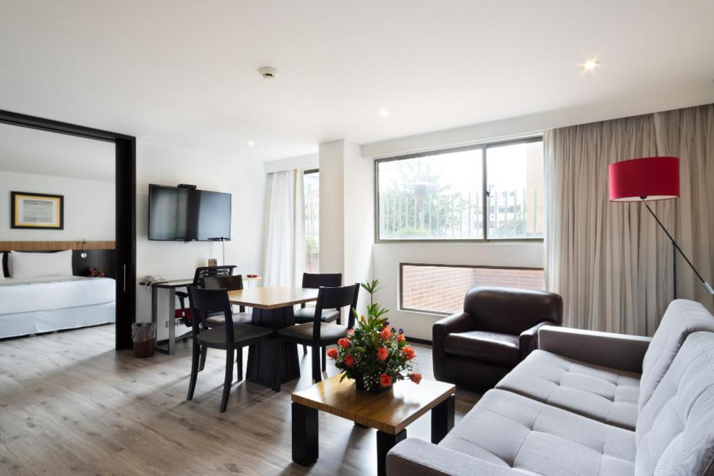 A seating area at Madisson Inn Hotel & Luxury Suites