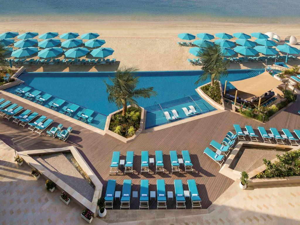 Вид на бассейн в The Retreat Palm Dubai MGallery by Sofitel или окрестностях