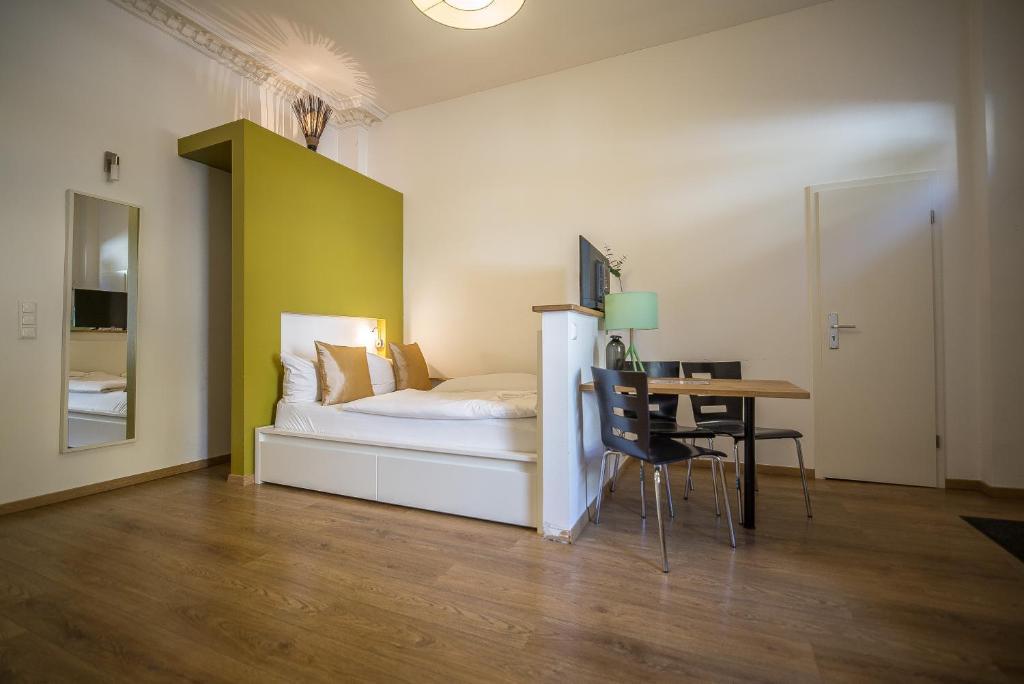 Ein Bett oder Betten in einem Zimmer der Unterkunft Nena Apartments - Bergmannkiez ehm Traumbergflats
