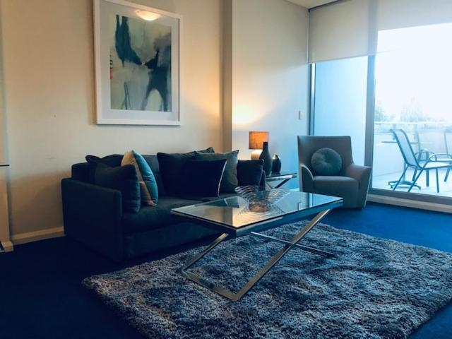 A seating area at Wyndel Apartments - Shelley
