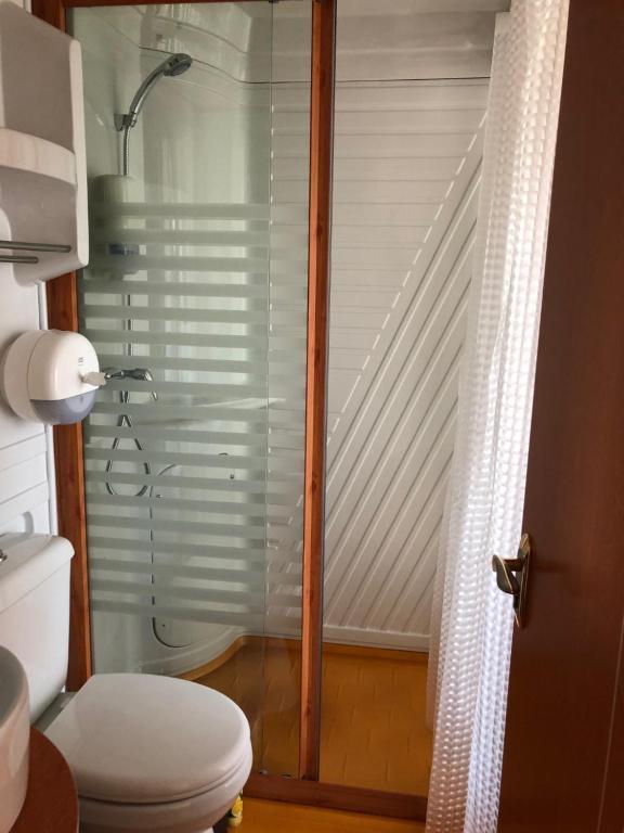 A bathroom at Club Puteshestvennikov