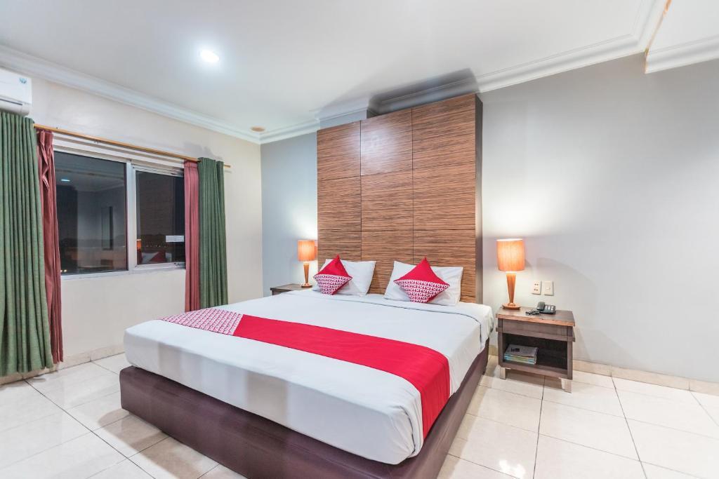 A bed or beds in a room at OYO 1475 Alia Matraman Syariah Near RS Premier Jatinergara