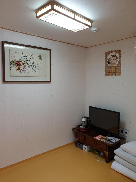 A television and/or entertainment center at Hi DongDaeMun Hanok Guesthouse