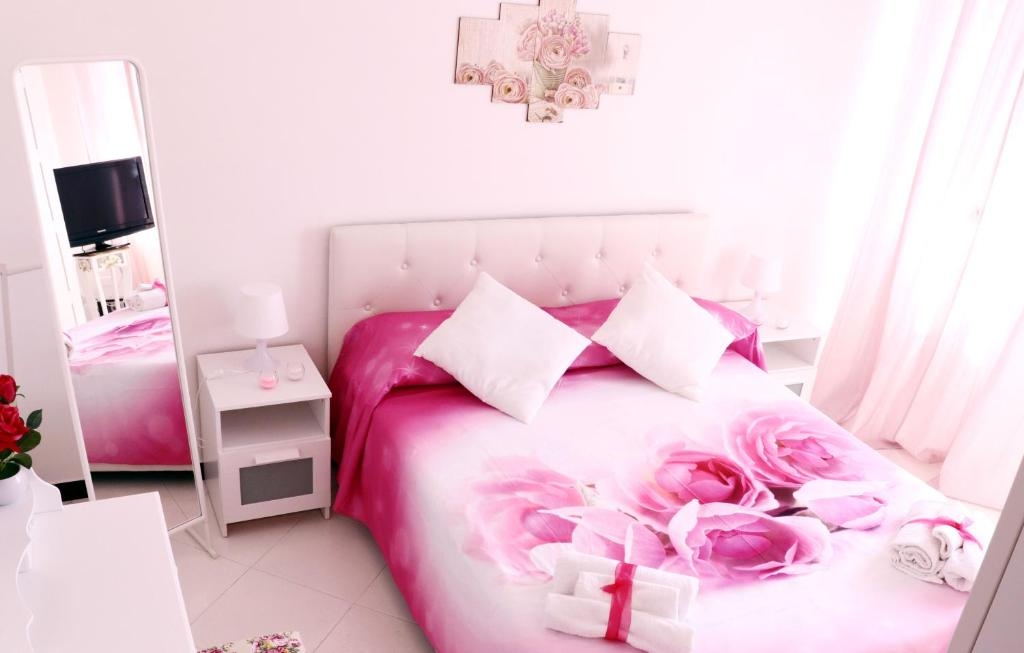 A bed or beds in a room at Anchor and Rose
