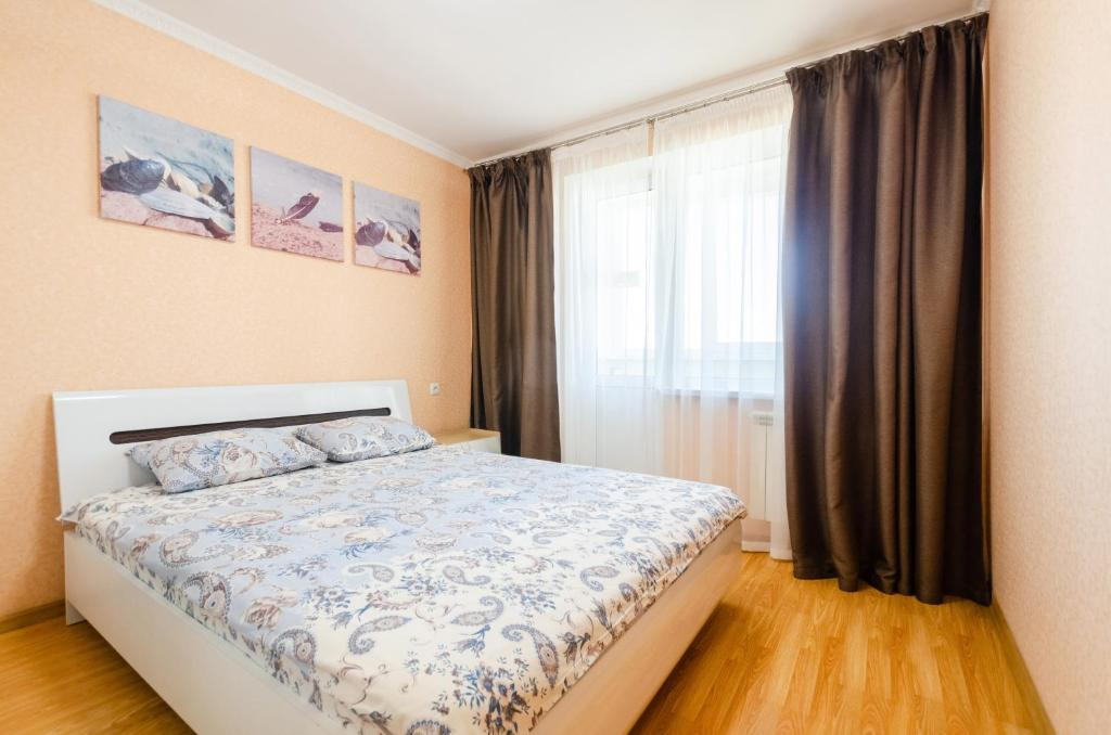 A bed or beds in a room at Apartment on Obolonskaya Square 3