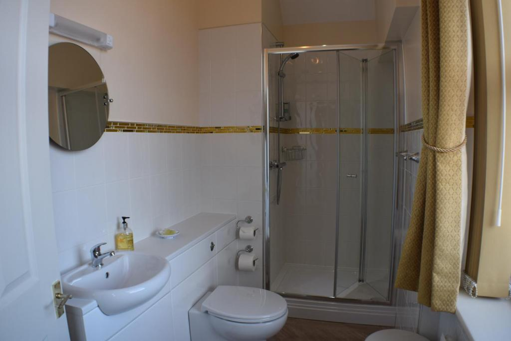 A bathroom at Cedar Lodge
