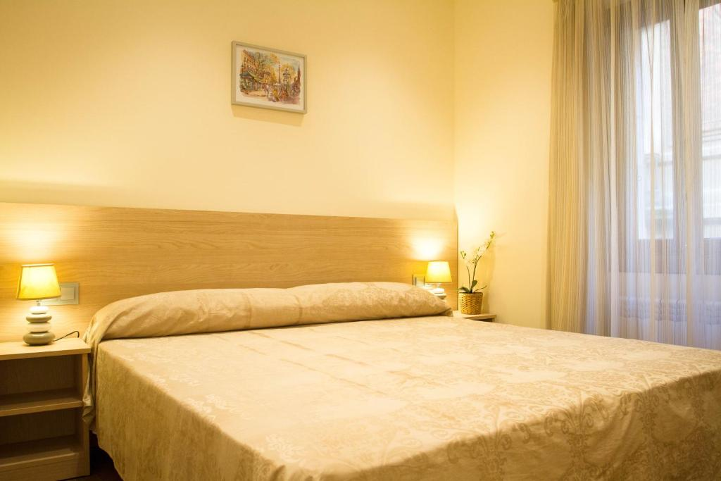 A bed or beds in a room at Hostal Excellence
