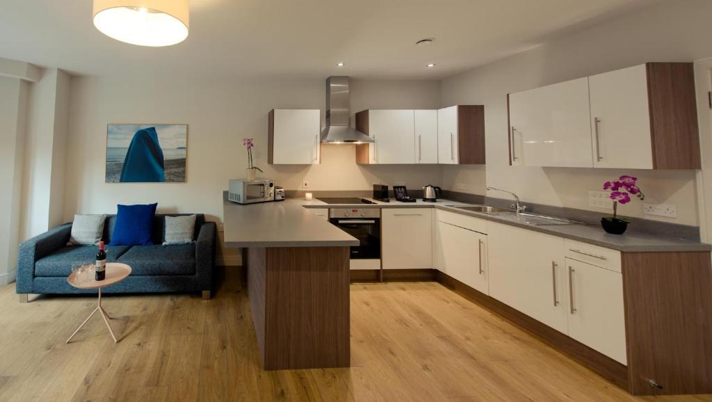 A kitchen or kitchenette at PREMIER SUITES PLUS Glasgow Bath Street