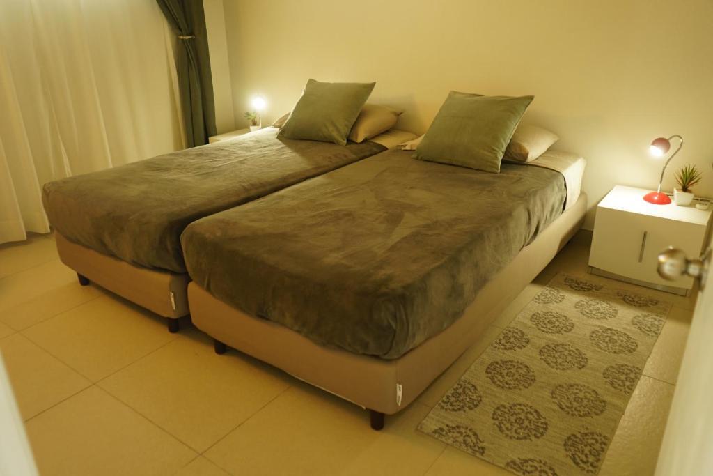 Een bed of bedden in een kamer bij Lagoon Marina Apartments