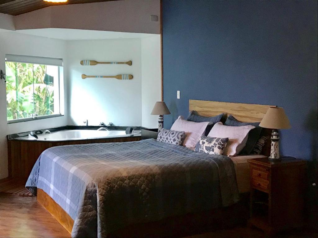 Cama ou camas em um quarto em Suites na Casa da Praia