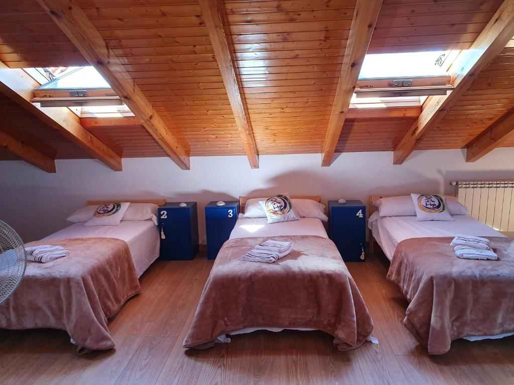 A bed or beds in a room at Albergue Só Por Hoje