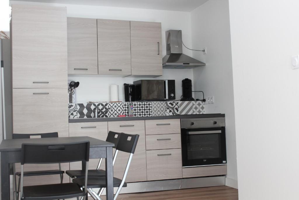 A kitchen or kitchenette at L'Éphémère Colbert - Vieux Port