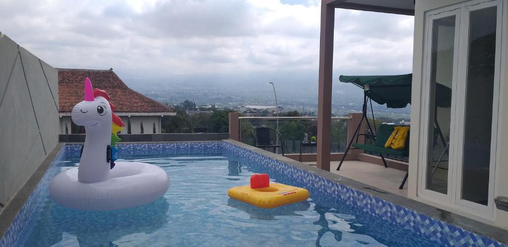 The swimming pool at or close to Oemah Arma Rinjani 2