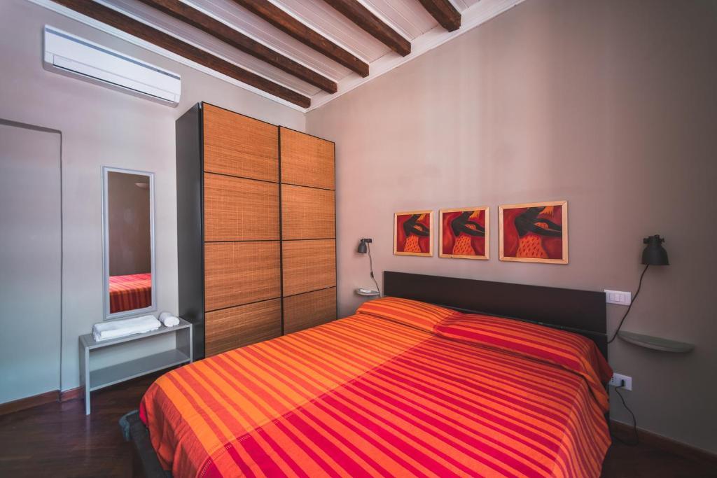 Un ou plusieurs lits dans un hébergement de l'établissement Beautiful apartament 2 minute walk from Colosseum