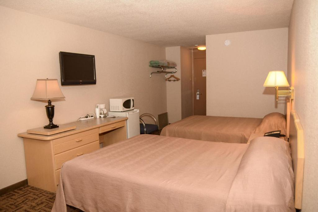 A bed or beds in a room at Morden Motor Inn