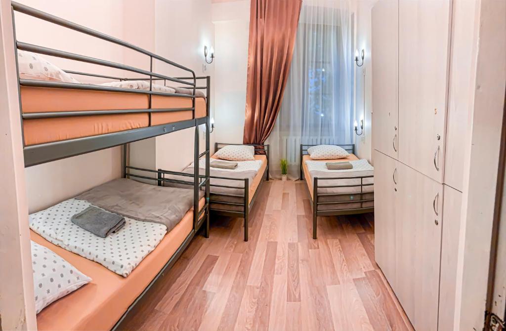 Un ou plusieurs lits superposés dans un hébergement de l'établissement Hostel u Kmity