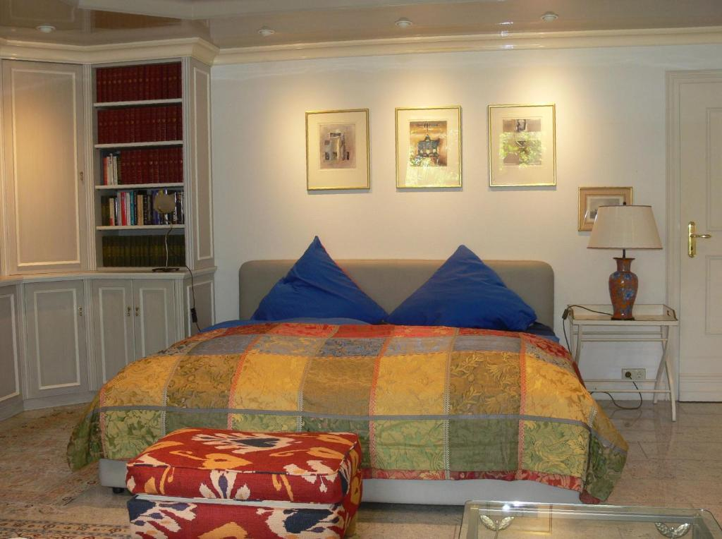 A bed or beds in a room at Die Villa Mettmann