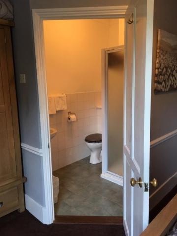 A bathroom at The Old Alma Inn Ltd