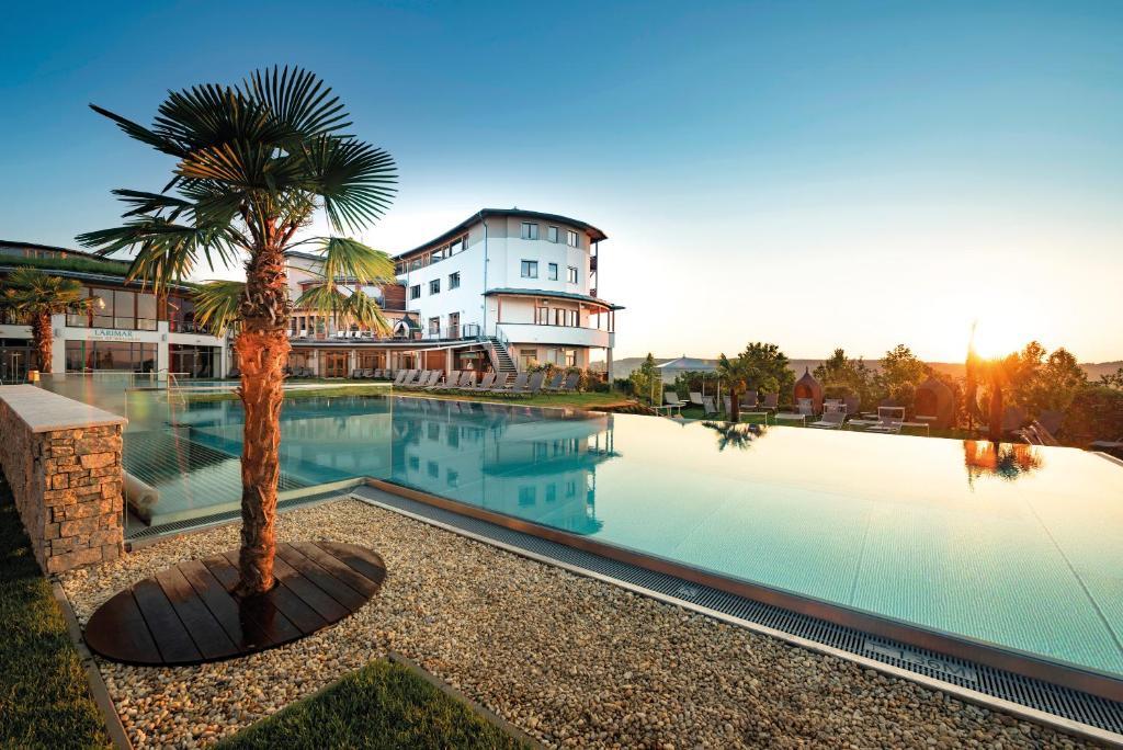 Der Swimmingpool an oder in der Nähe von Hotel & Spa Larimar
