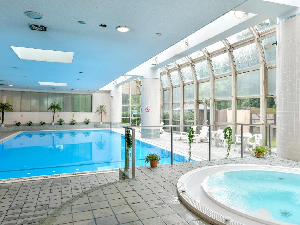 The swimming pool at the Narita Tobu Hotel Airport.