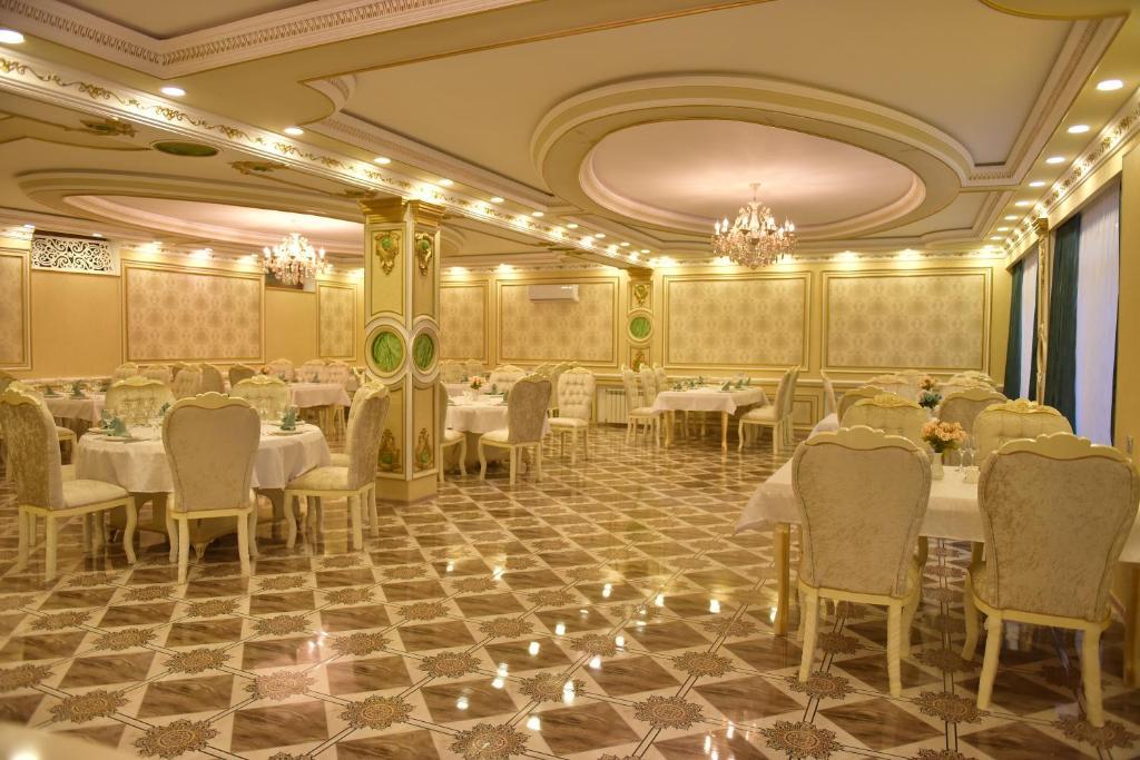 Um restaurante ou outro lugar para comer em Firuze Hotel & Restaurant