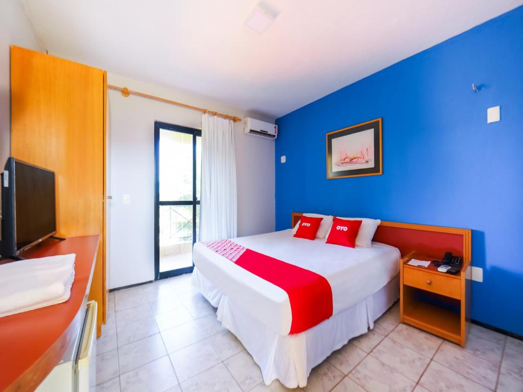 Cama ou camas em um quarto em OYO Kalamari Beach Hotel