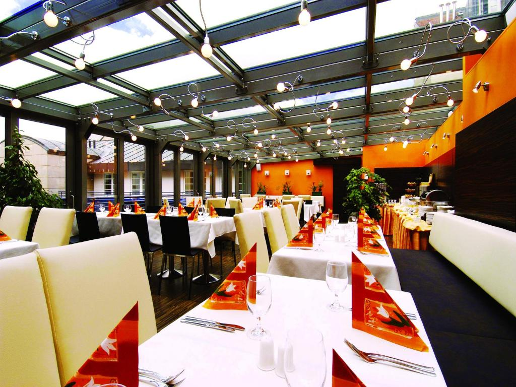 A restaurant or other place to eat at EA Hotel Crystal Palace