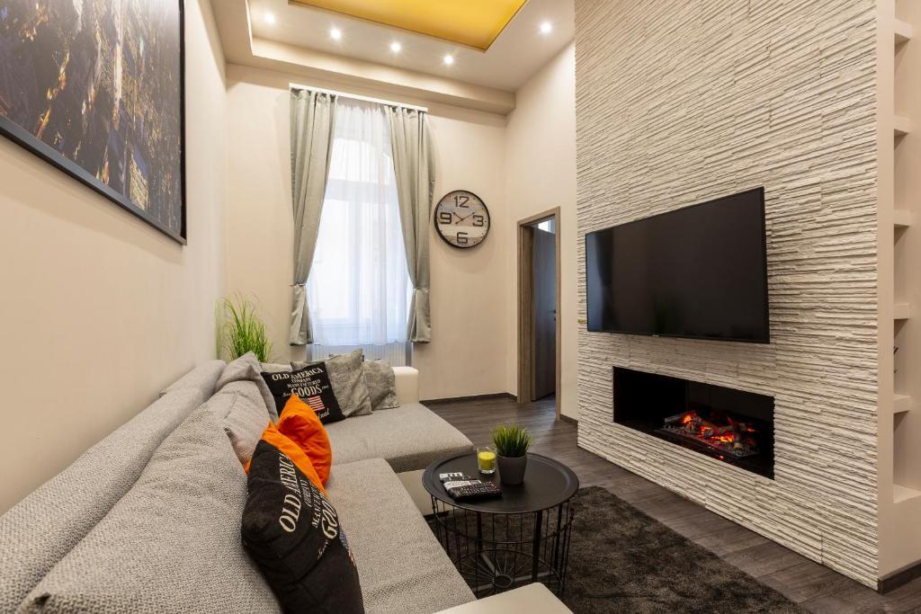 TV a/nebo společenská místnost v ubytování Deluxe Downtown Home 2 BEDRM, 2 BATHRM
