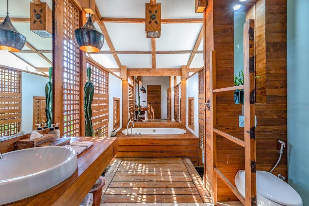 A bathroom at Kuno Villas