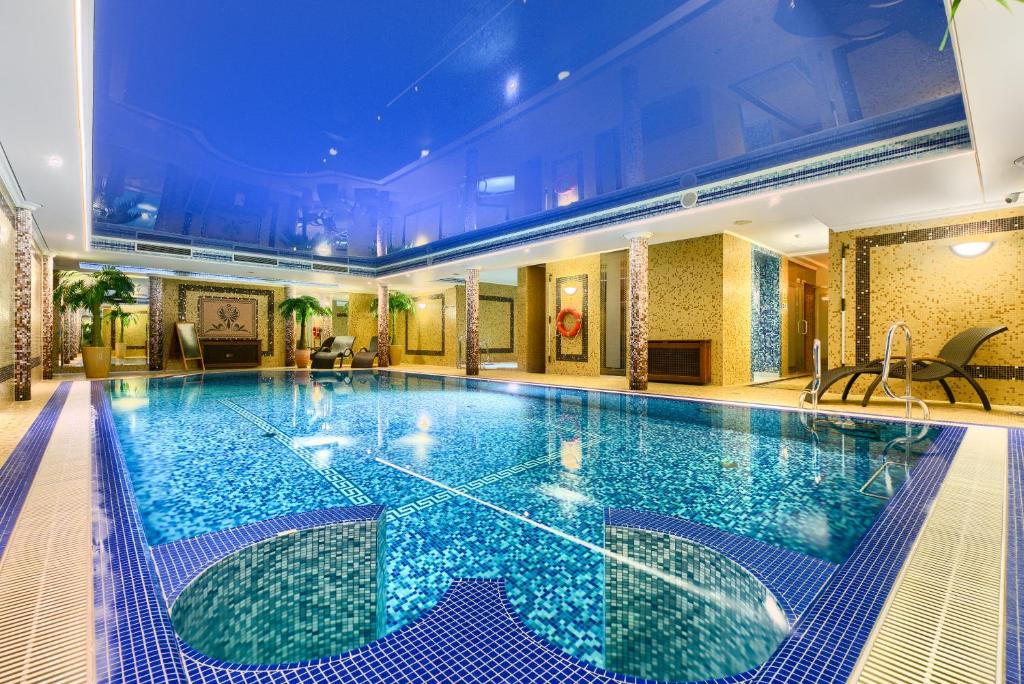 The swimming pool at or near Park Hotel