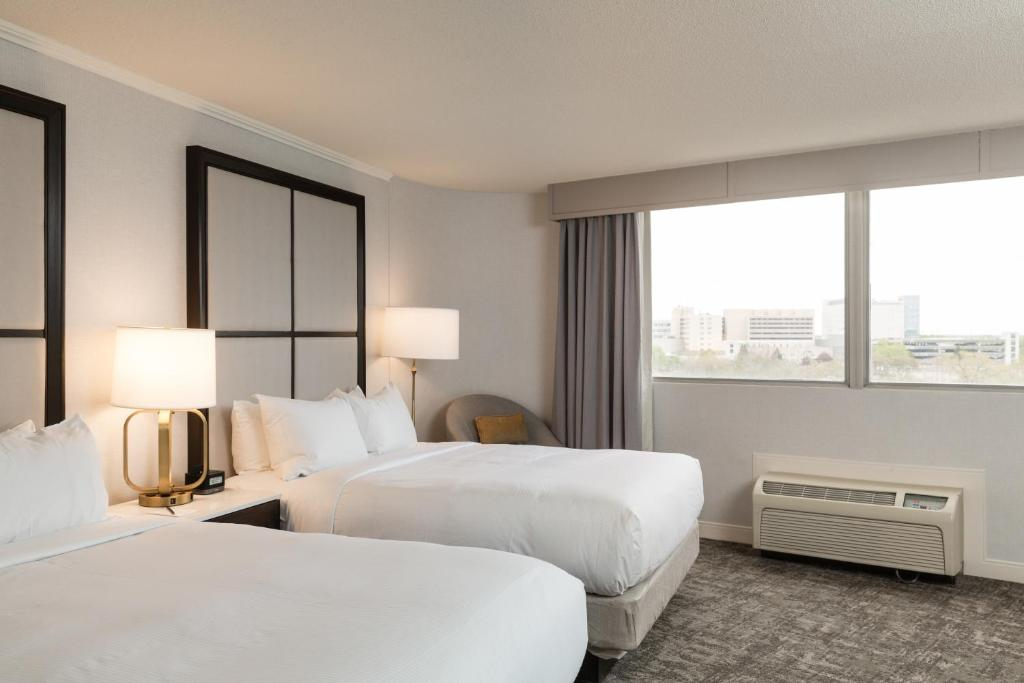 A bed or beds in a room at Hilton Chicago/Oak Lawn
