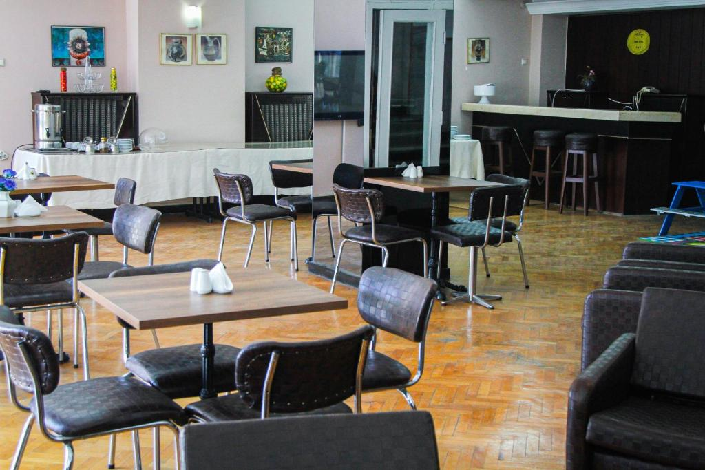 A restaurant or other place to eat at Hotel Yeni
