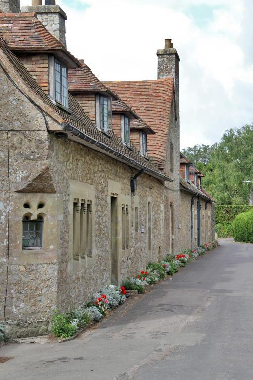 Lympne Castle Cottages - Laterooms