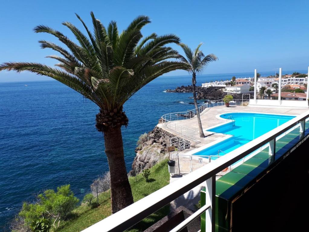 Vue sur la piscine de l'établissement Costa Isora ou sur une piscine à proximité