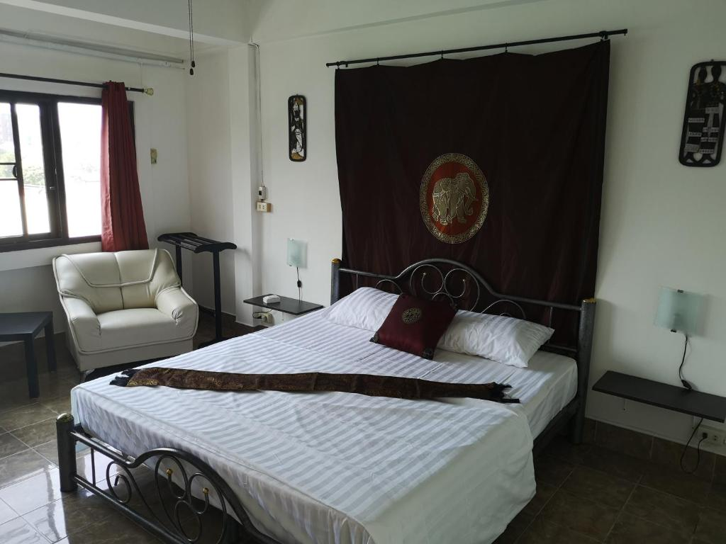 A bed or beds in a room at Bellmans Restaurant & Guesthouse