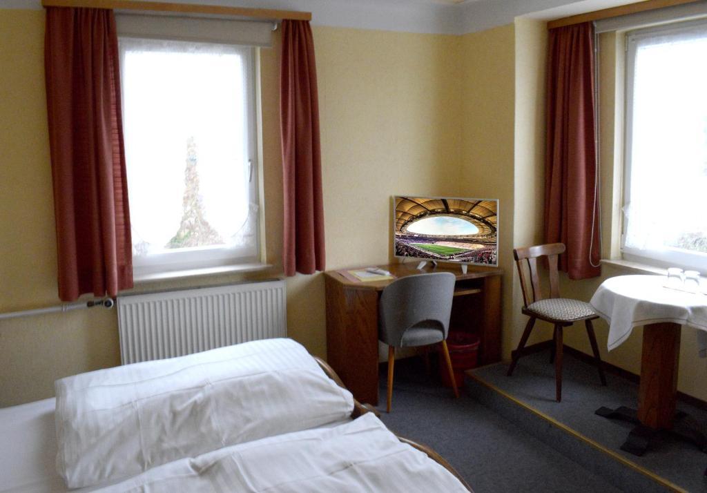 A bed or beds in a room at Monteurzimmer günstig B&B