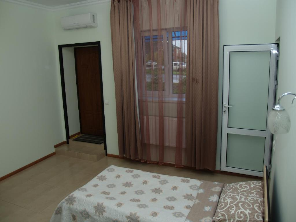 A bed or beds in a room at Motel Sujet