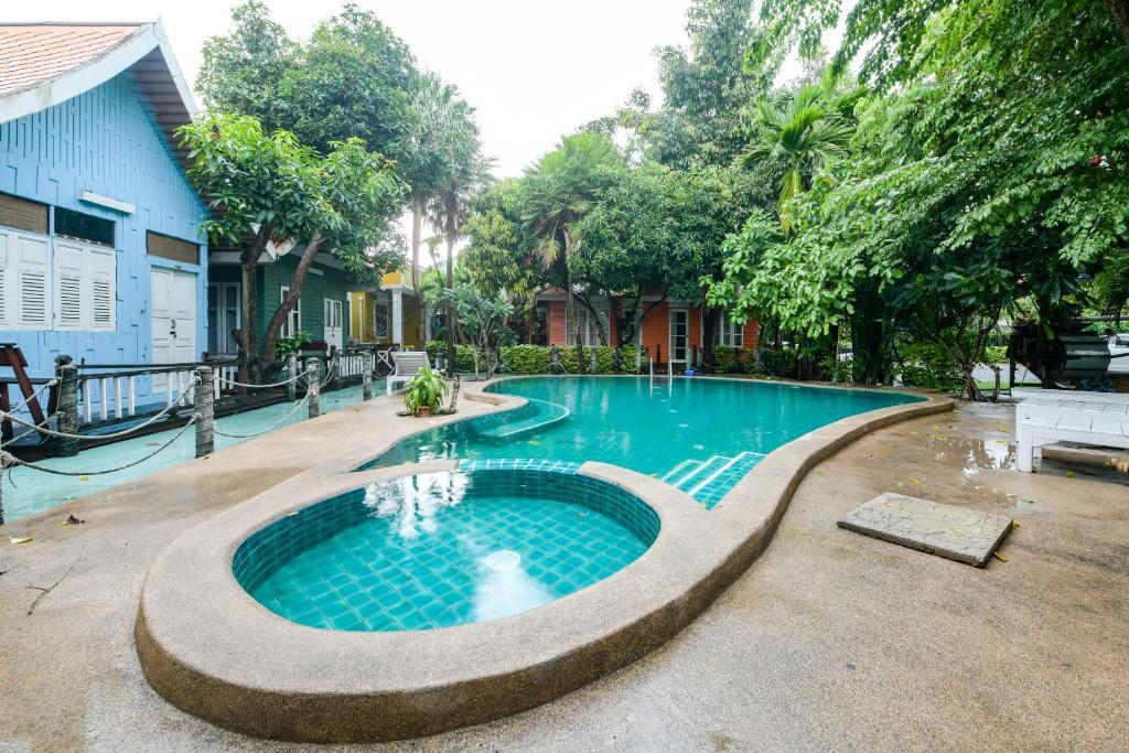 Бассейн в Deeden Pattaya Resort или поблизости