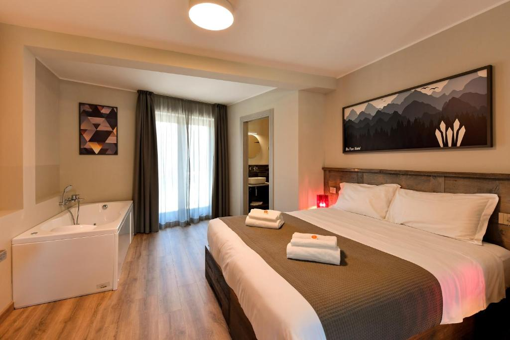 A bed or beds in a room at Du Parc Hotel