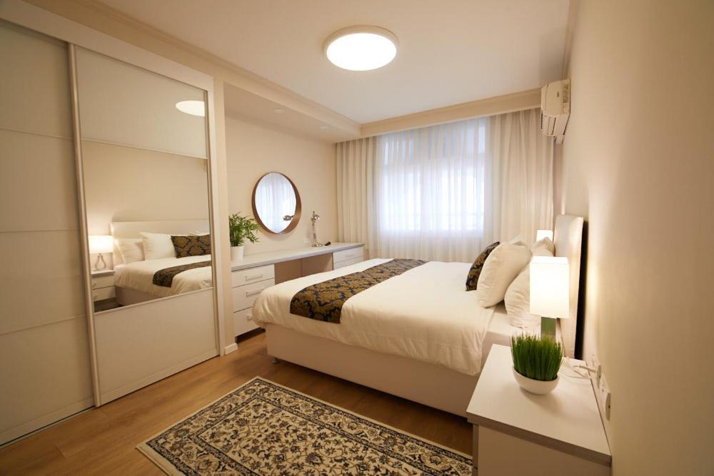 Ein Bett oder Betten in einem Zimmer der Unterkunft Modern TLV
