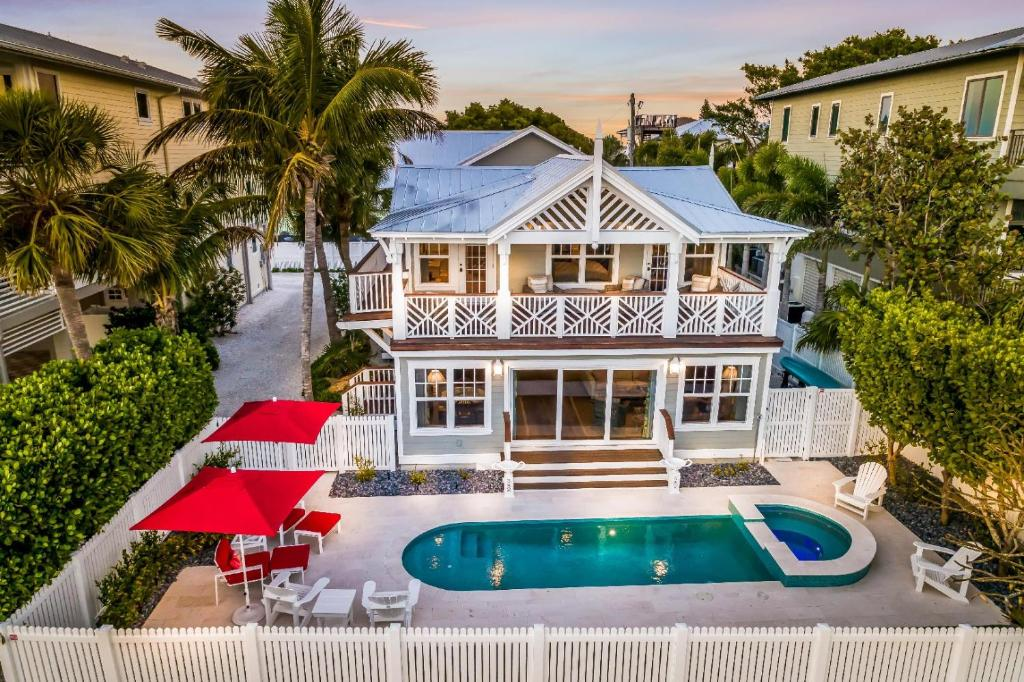 The swimming pool at or near Waves Edge Anna Maria Home