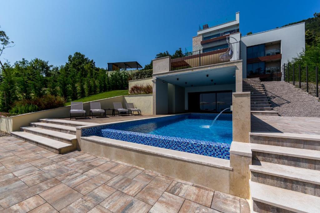 Der Swimmingpool an oder in der Nähe von Villa AltaVista - Seaview & Relax with Private MiniGolf & Heated Pool