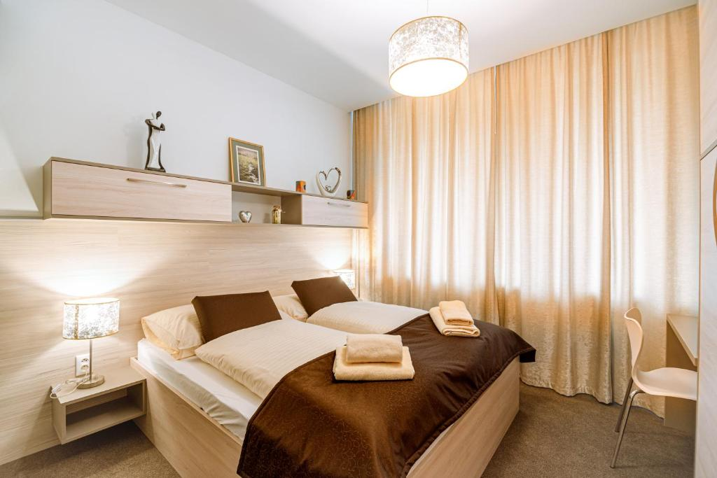 A bed or beds in a room at Apartment Elegance Hrebienok