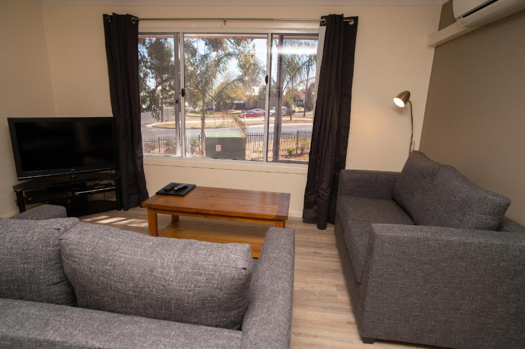 A seating area at Manera Heights Apartments