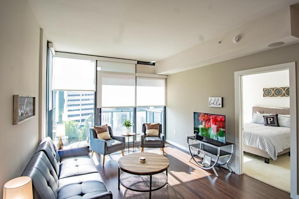 A seating area at Atlanta Furnished Apartments - Great location in the Heart of the City