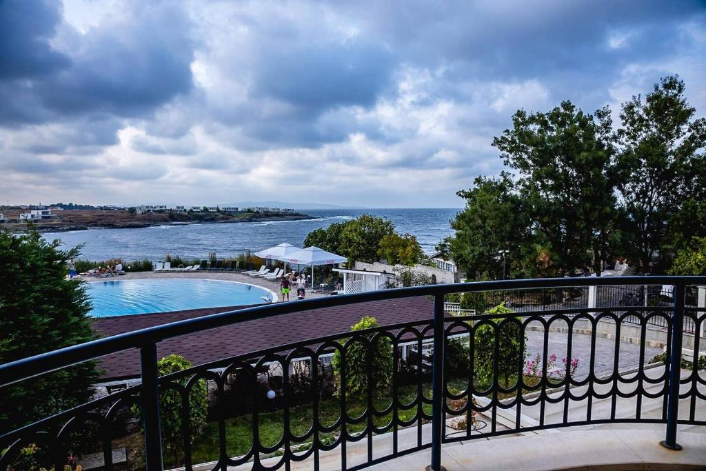 Summer Breeze and Sea View in 2-BDR Apartment