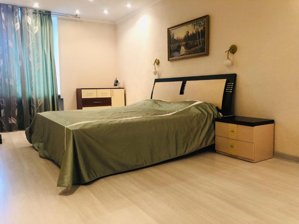 Кровать или кровати в номере Apartment On Galiaskara Kamala 53