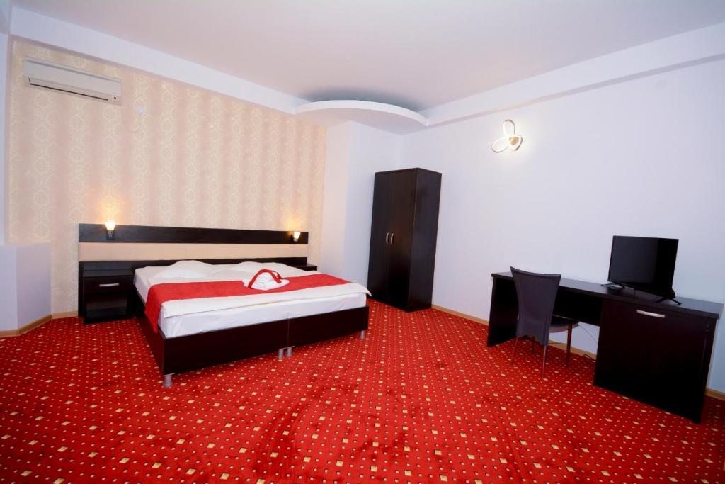 Un pat sau paturi într-o cameră la Hotel Magic - City Center
