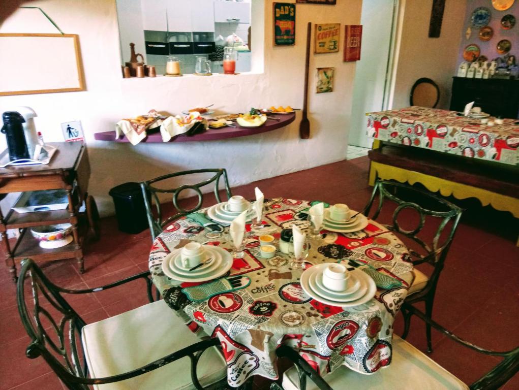 Um restaurante ou outro lugar para comer em Pousada Casa da Chica