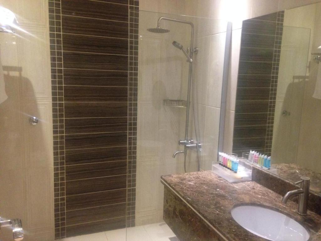 Um banheiro em Arjaan Altakhassusi Hotel Suites
